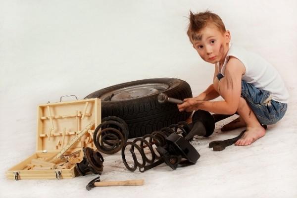mały mechanik - sesja fotograficzna dziecka