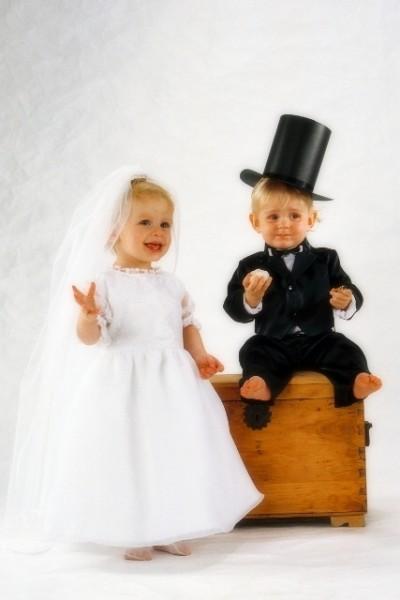 chłopiec i dziewczynka przebrani za parę młodą